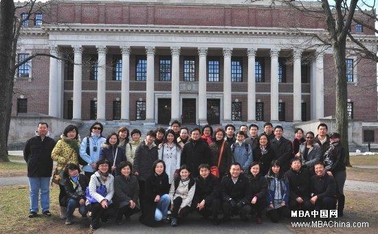 4月1日至6日,在中方院长朱晓明教授、欧方院长佩德罗·雷诺教授、副院长兼教务长约翰·奎尔奇教授、副院长兼中方教务长张维炯的带领下,中欧国际工商学院40余名员工赴美国波士顿、纽约向世界一流商学院学习.在五天的访问学习中,中欧人参观访问了哈佛大学商学院、哥伦比亚大学商学院、纽约大学斯特恩商学院和西班牙IESE纽约校区,并和各院校的负责人与教授积极交流,获益匪浅.