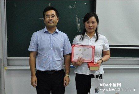昂立进修学院院长林涛为特等奖获得者张老师颁奖