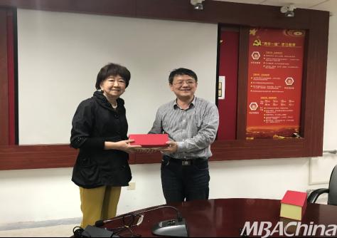 王慧中教授为青岛大学商学院做讲座