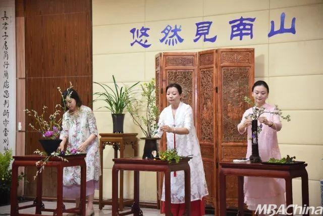首先由三组文化老师们为大家演示了品茶,品香,插花的步骤.