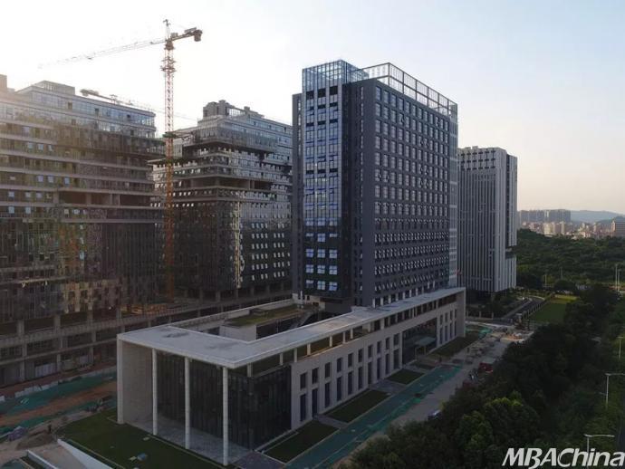 (库马克大厦效果图) 正按新时代、新思想、新目标、新征程发展方向奋力前进的中国,恰逢全球技术革命的浪潮,一个由建筑、房地产与新技术共同支撑的装配式建筑中国梦,正在落地为新时代的机遇。 在这场拉开帷幕的建筑与房地产业变革新秩序面前,市场新力量们正在对技术实力展开求索与竞合,朝着智造蜕变。一场大变局当口,负有环保与节能天然使命的房地产广大同行,我们抓着的是一手怎样的新牌?9月8日(周六),装配式建筑的创新与实践花生匠研堂专题研讨及观摩活动邀你走进装配式建筑的世界,深度了解新式建造方式,共同探讨装配式建