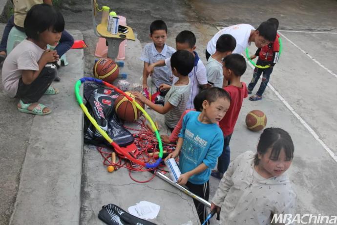 孩子 他们生活在山区 那里 贫穷,落后 但他们依然保持善良 天真可爱.