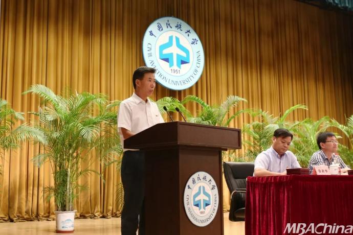 党委副书记赵洪海宣读我校在全国大学生数学建模竞赛等国家级,省市级